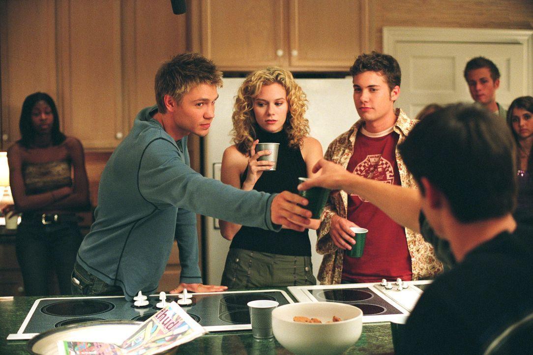 Nach einem Spiel lädt Nathan (James Lafferty, vorne r.) Lucas (Chad Michael Murray, 2.v.l.) zu einer Party ins Strandhaus seiner Eltern ein. Lucas... - Bildquelle: Warner Bros. Pictures