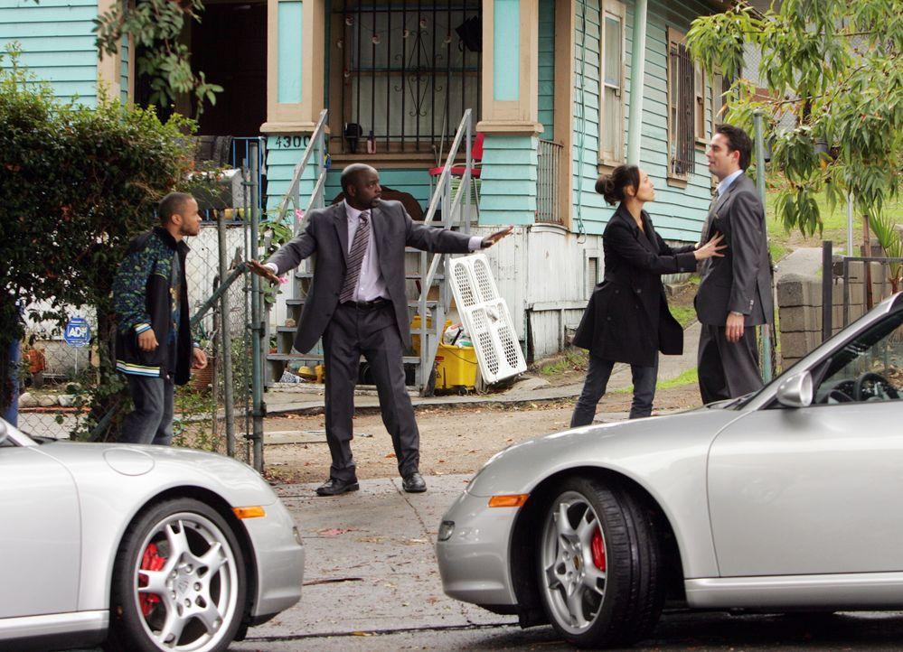Bei Randall Nespola (Bruno Campos, r.) wurde eingebrochen und ein Sammlerstück Paar Turnschuhe geklaut. Liz Warner (Aya Sumika, 2.v.r.) und David Si... - Bildquelle: Paramount Network Television