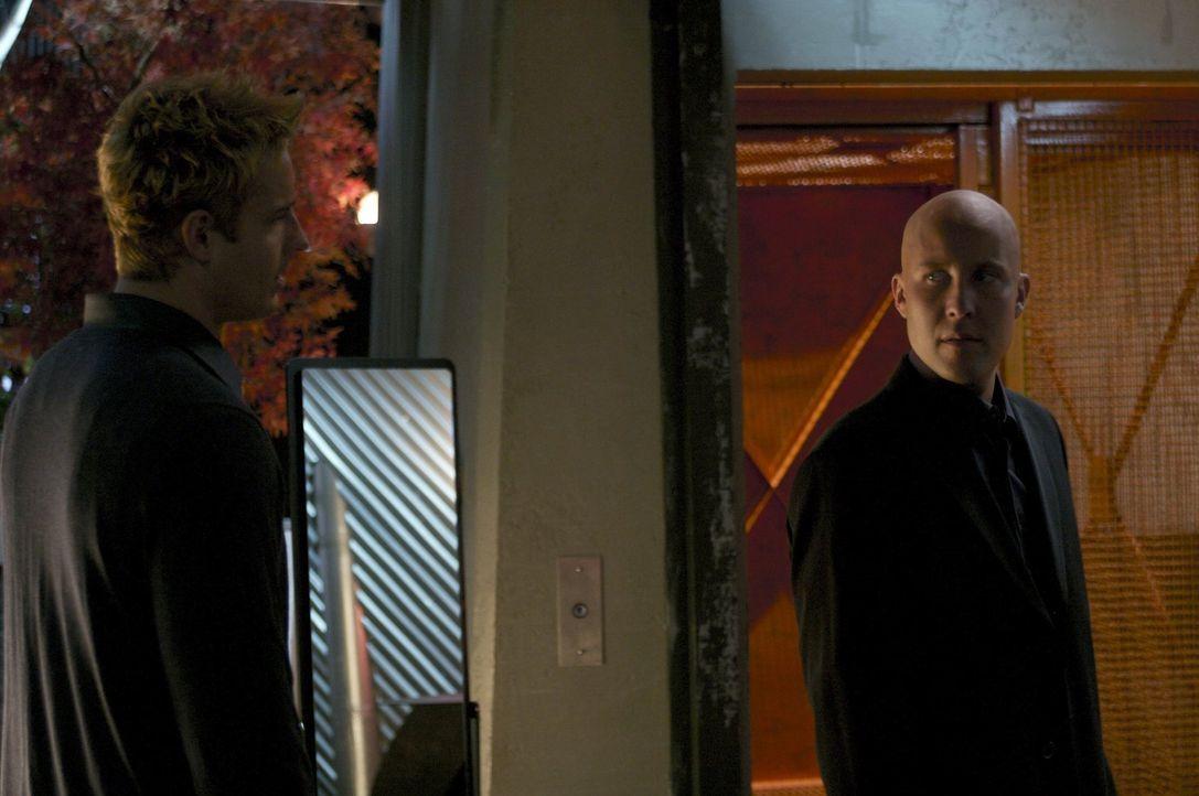 Noch schöpft Lex (Michael Rosenbaum, r.) keinen Verdacht, dass Queen (Justin Hartley, l.) unter der Maske des Green Arrow stecken könnte ... - Bildquelle: Warner Bros.
