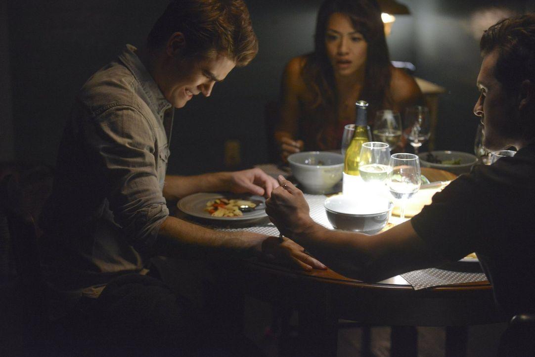 Als Enzo (Michael Malarkey, r.) klar wird, dass das Gespräch mit Stefan (Paul Wesley, l.) nicht so verläuft wie gewünscht, nutzt er kurzerhand Ivys... - Bildquelle: Warner Bros. Entertainment, Inc