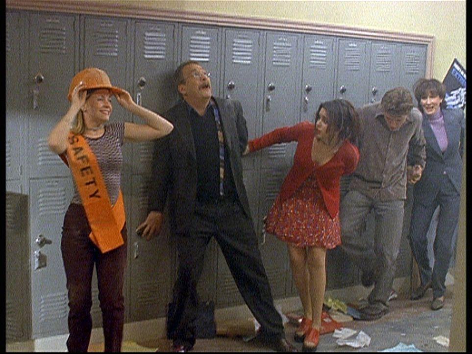 Ganz im Gegensatz zu Mr. Kraft (Martin Mull, 2.v.l.) und Valerie (Lindsay Sloane, M.) bleibt Sabrina (Melissa Joan Hart, l.) völlig cool, als in de... - Bildquelle: Paramount Pictures