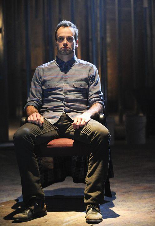 Bei den Ermittlungen in einem neuen Fall, stößt Sherlock Holmes (Jonny Lee Miller) auf einen alten Bekannten ... - Bildquelle: CBS Television
