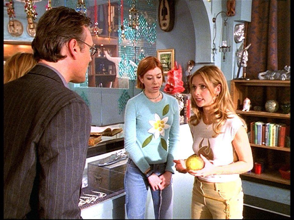 Buffy (Sarah Michelle Gellar, r.) erklärt Willow (Alyson Hannigan, M.) und Giles (Anthony Stewart Head, l.), dass sie das Geheimnis der Kugel auf ei... - Bildquelle: TM +   2000 Twentieth Century Fox Film Corporation. All Rights Reserved.