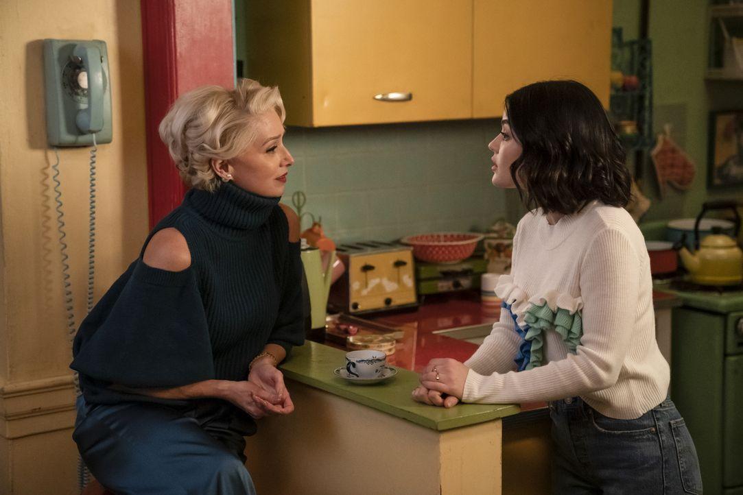 Gloria Grandbilt (Katherine LaNasa, l.); Katy Keene (Lucy Hale, r.) - Bildquelle: Peter Kramer 2020 The CW Network, LLC. All Rights Reserved. / Peter Kramer
