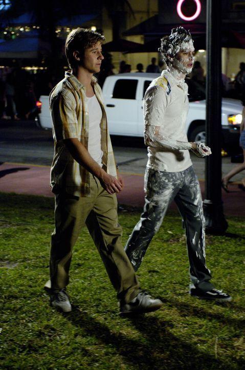 Nach einem erfolgreichen Abend machen sich Ryan (Benjamin McKenzie, l.) und Seth (Adam Brody, r.) auf den Weg nach Hause ... - Bildquelle: Warner Bros. Television