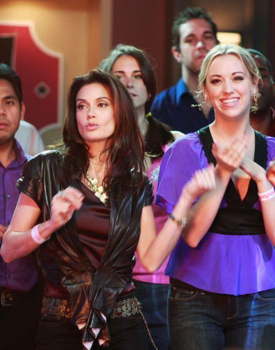 Amüsieren sich prächtig: Julie (Andrea Bowen, r.) und Susan (Teri Hatcher, l.) ... - Bildquelle: ABC Studios