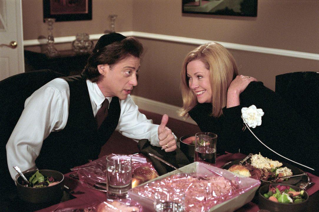 Die ganze Familie Camden ist am Freitagabend zum Sabbat-Dinner bei Sarahs Eltern eingeladen. Als Gastgeschenk kocht auch Annie (Catherine Hicks, r.)... - Bildquelle: The WB Television Network