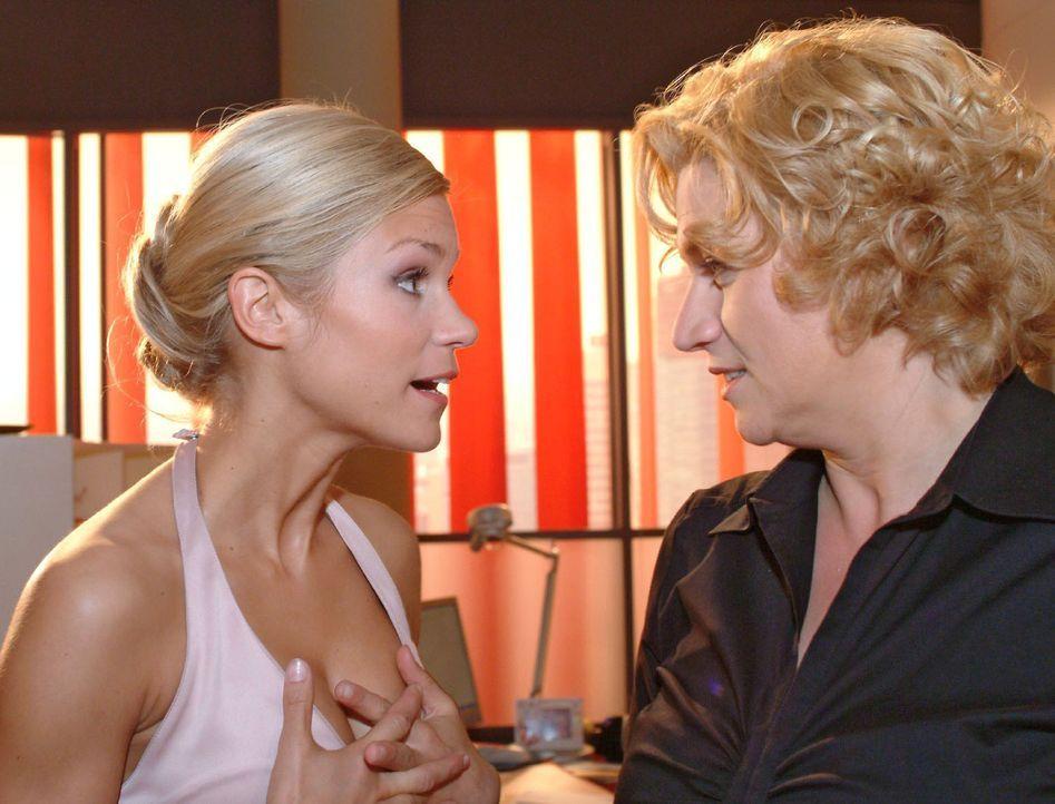 Sabrina (Nina-Friederike Gnädig, l.) interessiert sich brennend dafür, wie Agnes (Susanne Szell, r.), Hannah und Lisa an so viel Geld gekommen sin... - Bildquelle: Sat.1