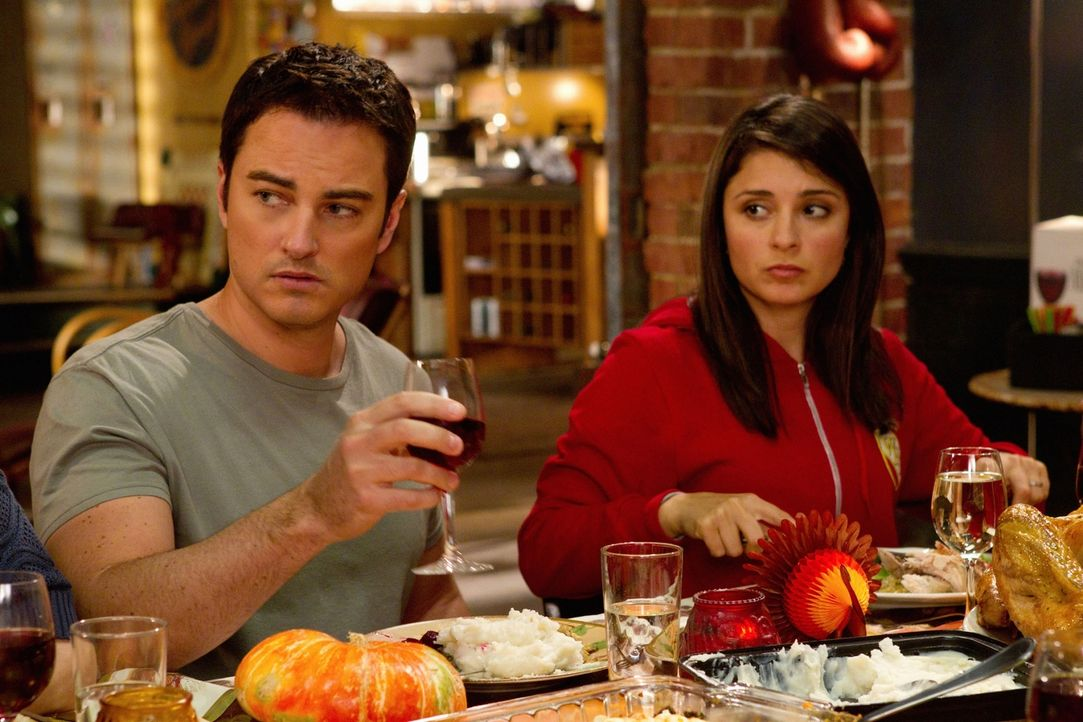 Auch Ryan Thomas (Kerr Smith, l.) nimmt überraschend an der Thanksgivingfeier teil, was Cate (Shiri Appleby, r.) zunehmend nervös macht ... - Bildquelle: The CW   2010 The CW Network, LLC. All Rights Reserved