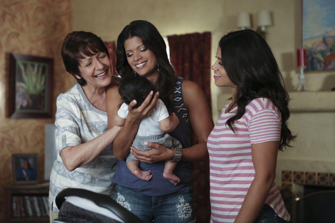 Sind stolz auf den kleinen Mateo: Jane (Gina Rodriguez, r.), Xo (Andrea Navedo, M.) und Alba (Ivonne Coll, r.) ... - Bildquelle: Scott Everett White 2015 The CW Network, LLC. All rights reserved.