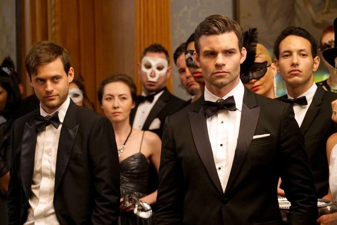 Auf einer Gala der mysteriösen Gruppe The Styx möchte Elijah (Daniel Gillies, vorne r.) herausfinden, was Tristan (Oliver Ackland, l.) wirklich nach... - Bildquelle: Warner Bros. Entertainment Inc.