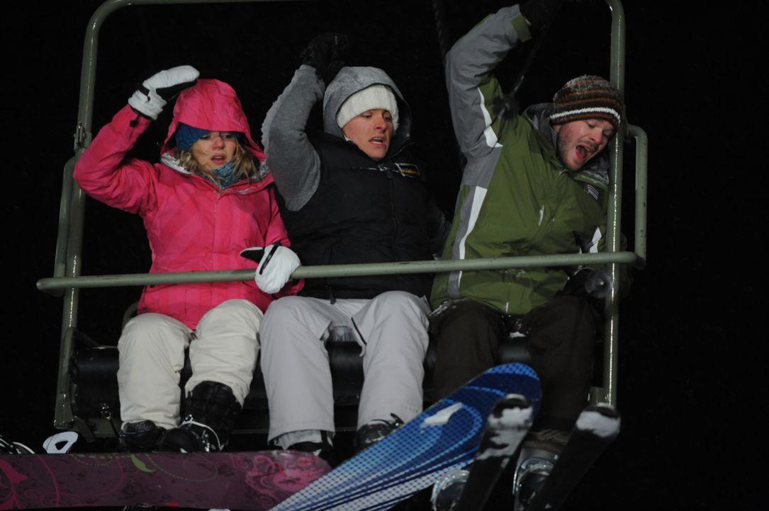 Bevor Joe (Shawn Ashmore, r.), Dan (Kevin Zegers, M.) und Parker (Emma Bell, l.) die Bergstation erreichen, hält der Skilift in großer Höhe abrupt a... - Bildquelle: Fred Hayes Frostbite Features, Inc. / Fred Hayes