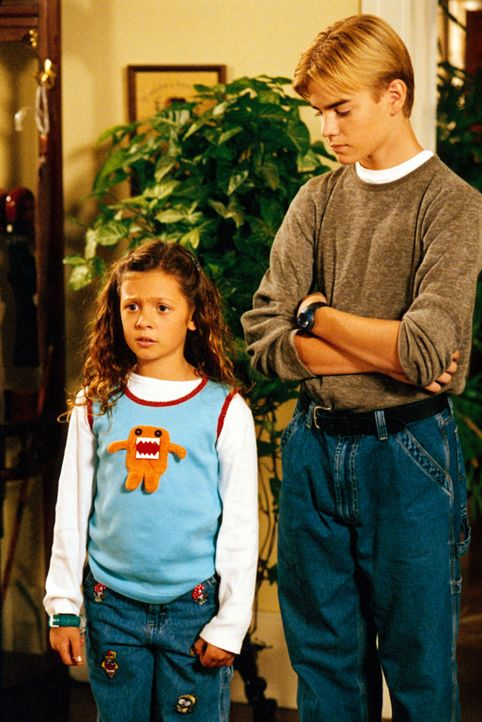 Wie können sie ihrer Schwester aus der Patsche helfen? Ruthie (Mackenzie Rosman, l.) und Simon (David Gallagher, r.) zerbrechen sich den Kopf darübe... - Bildquelle: The WB Television Network