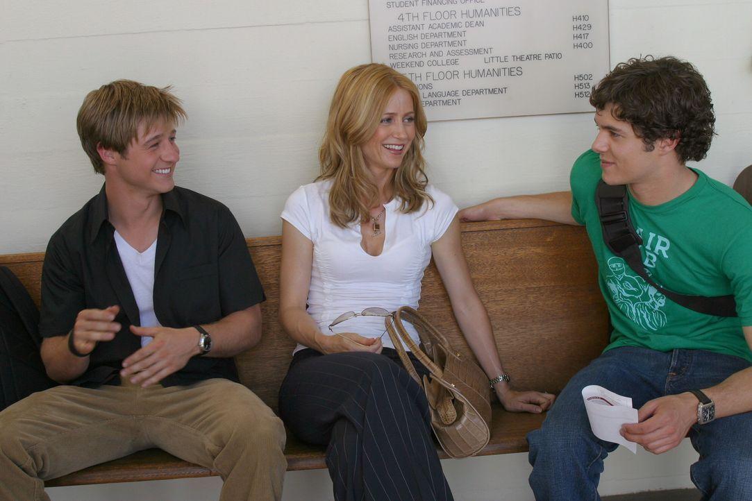 Freuen sich über die bestandene Prüfung: Seth (Adam Brody, r.) Ryan (Benjamin McKenzie, l.) und Kirsten (Kelly Rowan, M.) ... - Bildquelle: Warner Bros. Television