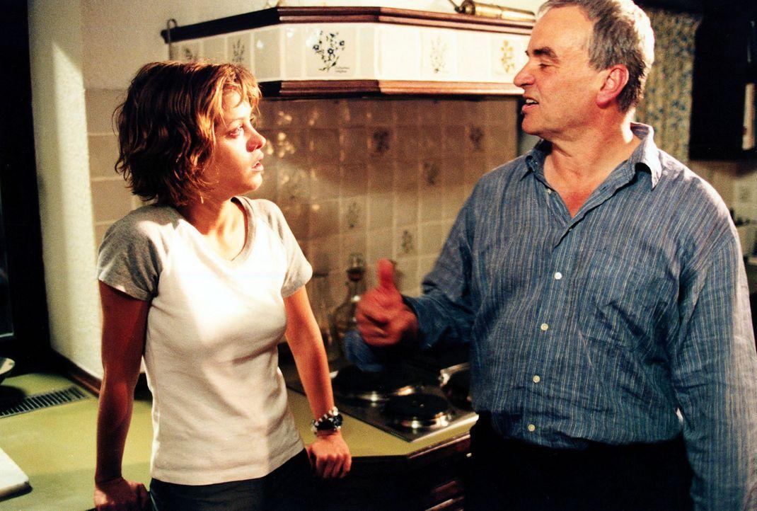 Jenny (Muriel Baumeister, l.) und ihr alkoholisierter Vater (Walter Kreye, r.) streiten sich in der elterlichen Küche ... - Bildquelle: Sat.1