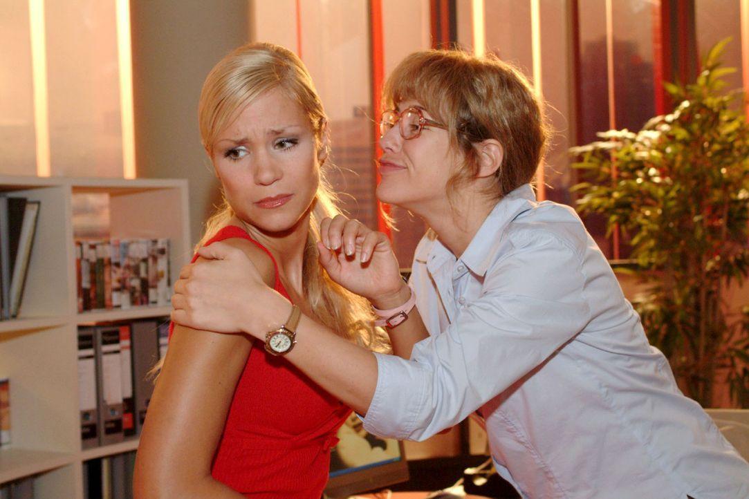 Vor lauter Glück über den ersten Auftrag umarmt Lisa (Alexandra Neldel, r.) sogar Sabrina (Nina-Friederika Gnädig, l.). (Dieses Foto von Alexandr... - Bildquelle: Monika Schürle Sat.1