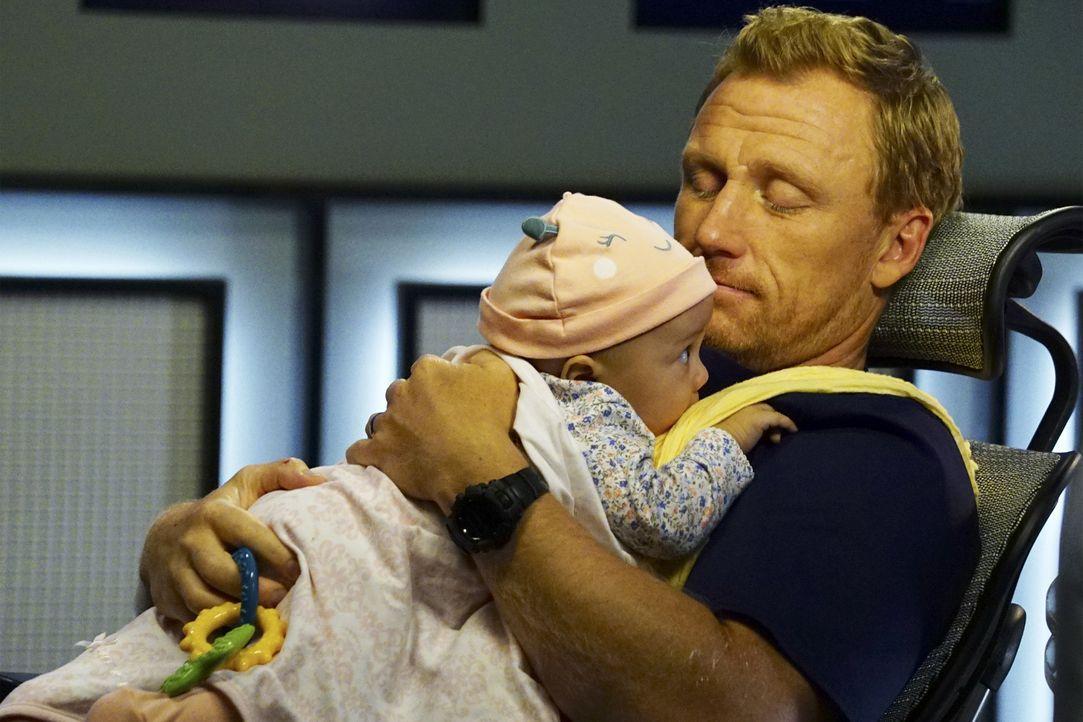 Während Amelia glaubt, schwanger zu sein, bekommt Owen (Kevin McKidd) die Aufgabe, sich um Baby Harriet zu kümmern ... - Bildquelle: Richard Cartwright 2016 American Broadcasting Companies, Inc. All rights reserved.