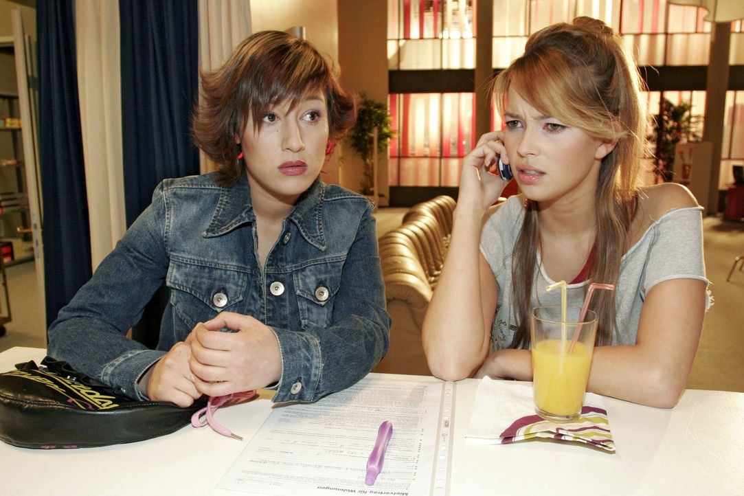 Yvonne (Bärbel Schleker, l.) und Hannah (Laura Osswald, r.) befürchten, dass Lisa in Sachen Frauen-WG einen Rückzieher machen will. - Bildquelle: Noreen Flynn SAT.1 / Noreen Flynn
