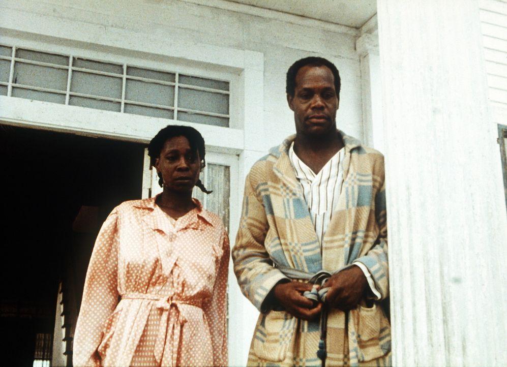 Celie (Whoopi Goldberg, l.) nennt ihren brutalen Mann Albert (Danny Glover, r.) nur 'Mister' ... - Bildquelle: Warner Bros.