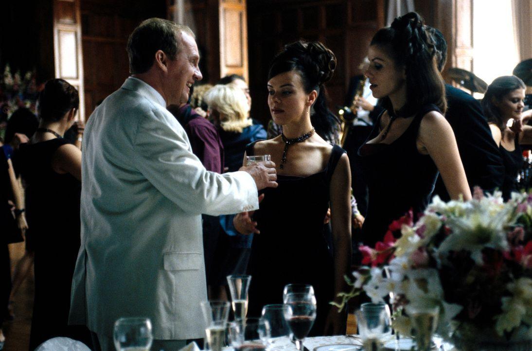 Auf einer Hochzeitsfeier lässt es sich Jackie (Debi Mazar, M.) gut gehen ... - Bildquelle: CBS Television
