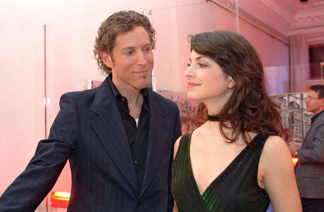 Mariella (Bianca Hein, r.) flirtet auf der Party, als David nicht kommt, mit dem charmanten Architekten Lars van der Lohe (Clayton M. Nemrow, l.) - Bildquelle: Sat.1