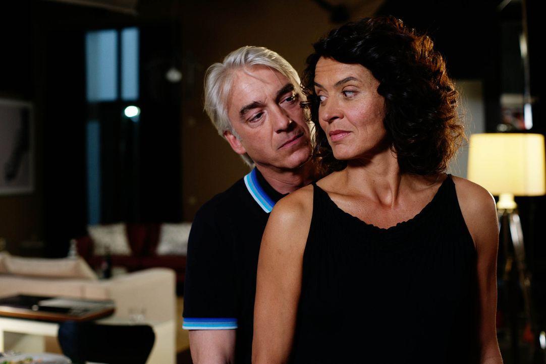 Erst spät erkennt Silke (Ulrike Folkerts, r.), dass ihre Ehe mit Richard (Christoph M. Ohrt, l.) auf Lug und Betrug aufgebaut ist ... - Bildquelle: Sat.1