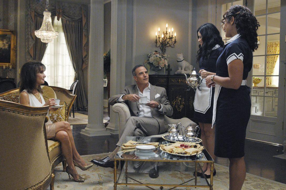 Als Genevieves (Susan Lucci, l.) Bruder Henri (Richard Burgi, 2.v.l.) auftaucht, merkt Zoila (Judy Reyes, r.), dass sie sich in Liebesangelegenheite... - Bildquelle: ABC Studios