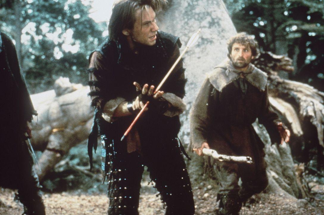 """Der """"König der Diebe"""" zeigt Will Scarlett (Christian Slater, M.) und den anderen Feinden des Sheriffs von Nottingham, wie man """"moderne"""" Waffen effe... - Bildquelle: WARNER BROS."""