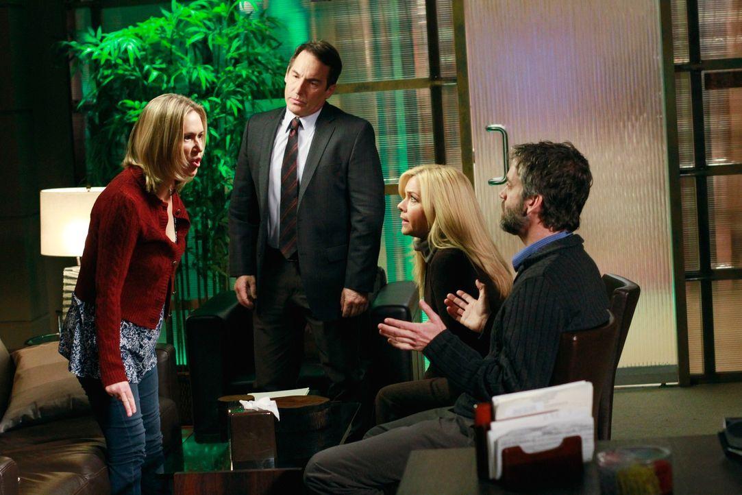 Sheldon (Brian Benben, 2.v.l.) versucht in einem gemeinsamen Gespräch mit Jack (Matt Roth, r.) und Lara (Jennifer Aspen, 2.v.r.) herauszufinden, ob... - Bildquelle: ABC Studios