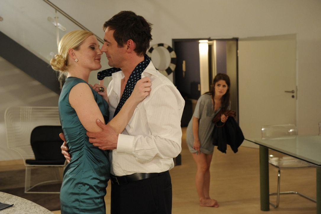 Helena (Kim-Sarah Brandts, l.) und Stefan (Ulrich Drewes, M.) sind zum Glück so sehr mit sich selbst beschäftigt, dass Bea (Vanessa Jung, r.) sich... - Bildquelle: SAT.1