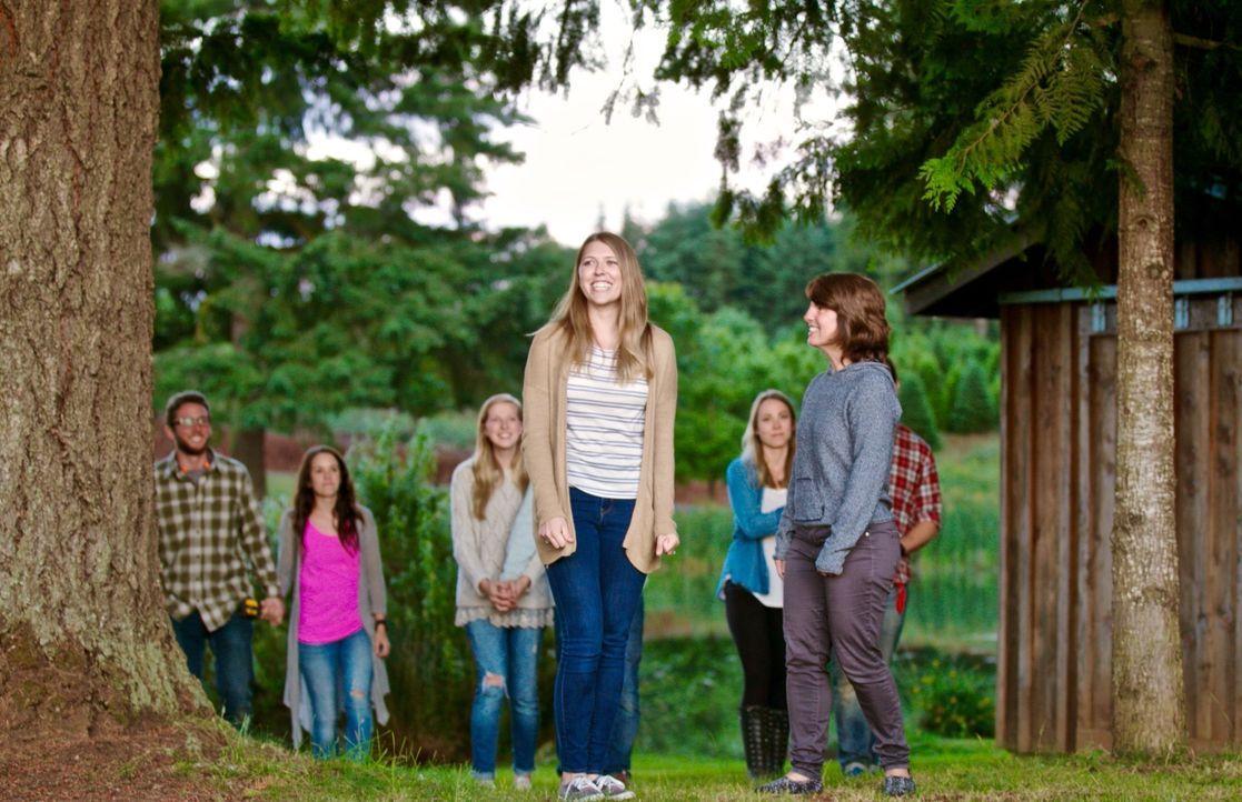 Kelsey (l.) und ihre Mutter (r.) sind hin und weg, als sie sehen, was sich Tiny Heirloom für sie und ihren Verlobten Breck überlegt haben ... - Bildquelle: 2015, HGTV/Scripps Networks, LLC.  All Rights Reserved.