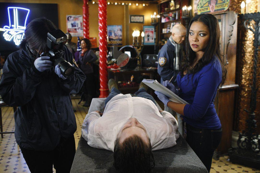 In einem Zauberladen wird die Leiche des Magiers Zalman Drake (Jeff Hephner, liegend) gefunden. Lanie Parish (Tamala Jones, r.) versucht nun die Tod... - Bildquelle: 2010 American Broadcasting Companies, Inc. All rights reserved.