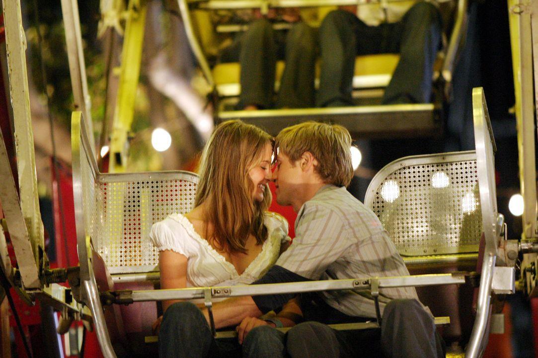 Am Jahrmarkt kommen sich Ryan (Benjamin McKenzie, r.) und Marissa (Mischa Barton, l.) wieder näher ... - Bildquelle: Warner Bros. Television