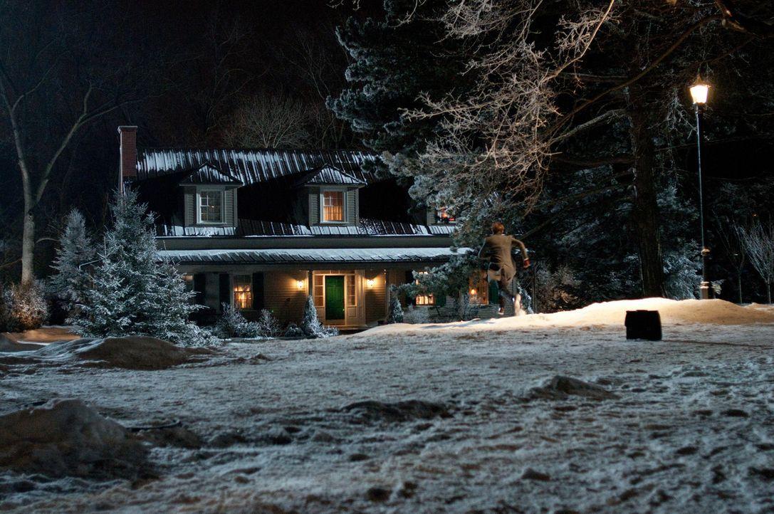 Im frisch bezogenen Haus von Familie Atenton ereignen sich schreckliche Dinge, die die Bewohner zurück in die Vergangenheit führt ... - Bildquelle: 2011 Universal Studios