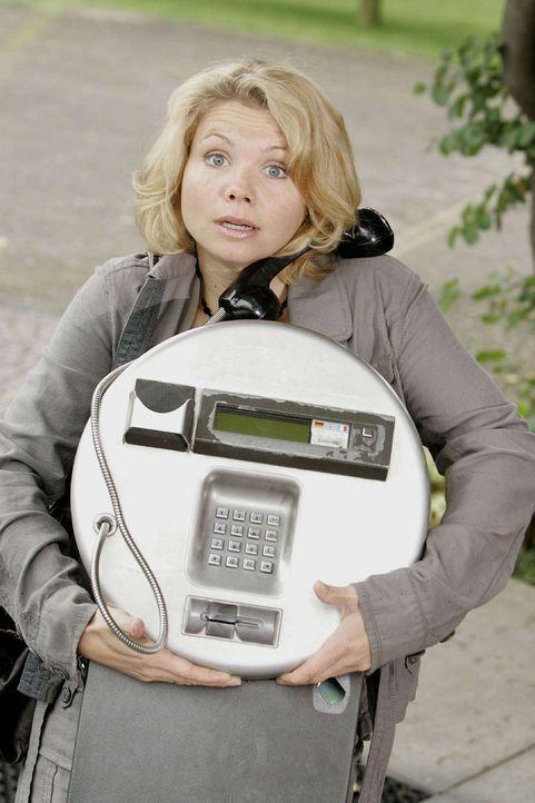 In diesem öffentlichen Telefon vermutet Peggy (Annette Frier) einen wichtigen Beweis für Anjas Unschuld - und lässt den ganzen Apparat kurzerhand... - Bildquelle: Sat.1