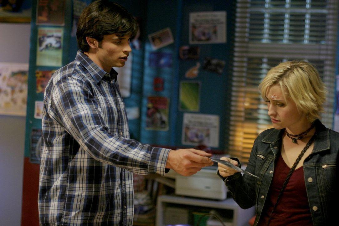 """Clark (Tom Welling, l.) und Chloe (Allison Mack, r.) müssen dringend herausfinden, wer hinter dem mysteriösen """"Brainwave"""" steckt ... - Bildquelle: Warner Bros."""