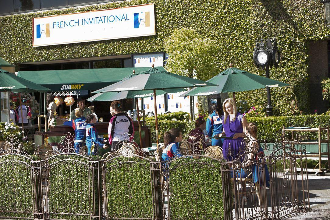 In Paris treffen die Mädchen auf Nastia Liukin (Nastia Liukin, r. stehend), die bereits weiß, wie es ist, eine Goldmedaille in den Händen zu halt... - Bildquelle: 2010 Disney Enterprises, Inc. All rights reserved.