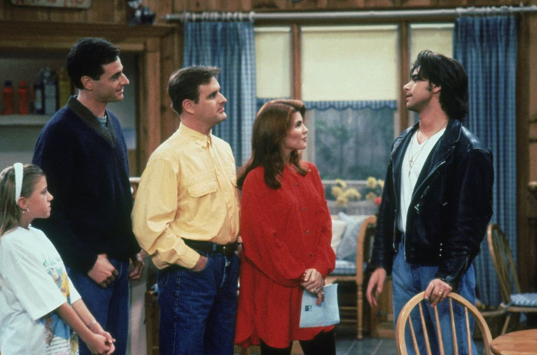 Stephanie (Jodie Sweetin, l.), Danny (Bob Saget, 2.v.l.), Joey (Dave Coulier, M.) und Becky (Lori Loughlin, r.) sind stolz auf Jesse (John Stamos, r... - Bildquelle: Warner Brothers Inc.