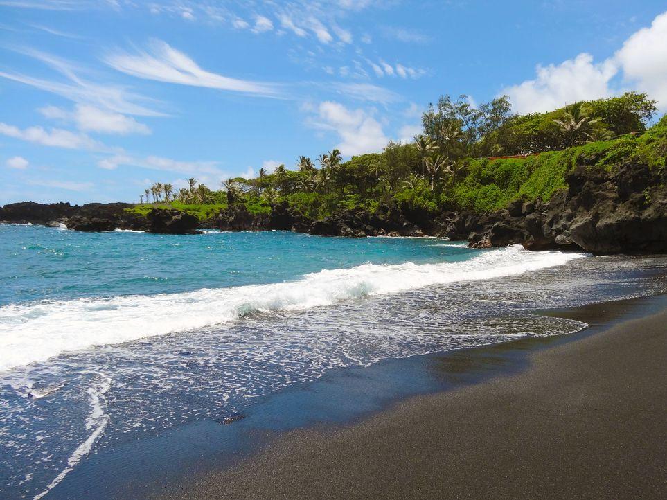 Der Honokalani Beach auf Hawaii ist für seinen schwarzen Sandstrand berühmt. Seine Farbe bekommt er von den Vulkanen auf der Insel ... - Bildquelle: 2016, The Travel Channel, L.L.C. All Rights Reserved