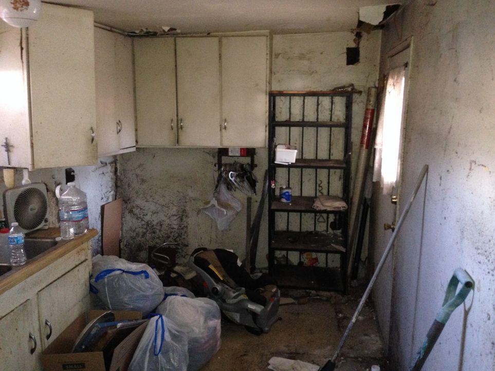 Bevor Christina und Tarek El Moussa richtig los legen können, muss das Zimmer erstmal entrümpelt werden ... - Bildquelle: 2014,HGTV/Scripps Networks, LLC. All Rights Reserved