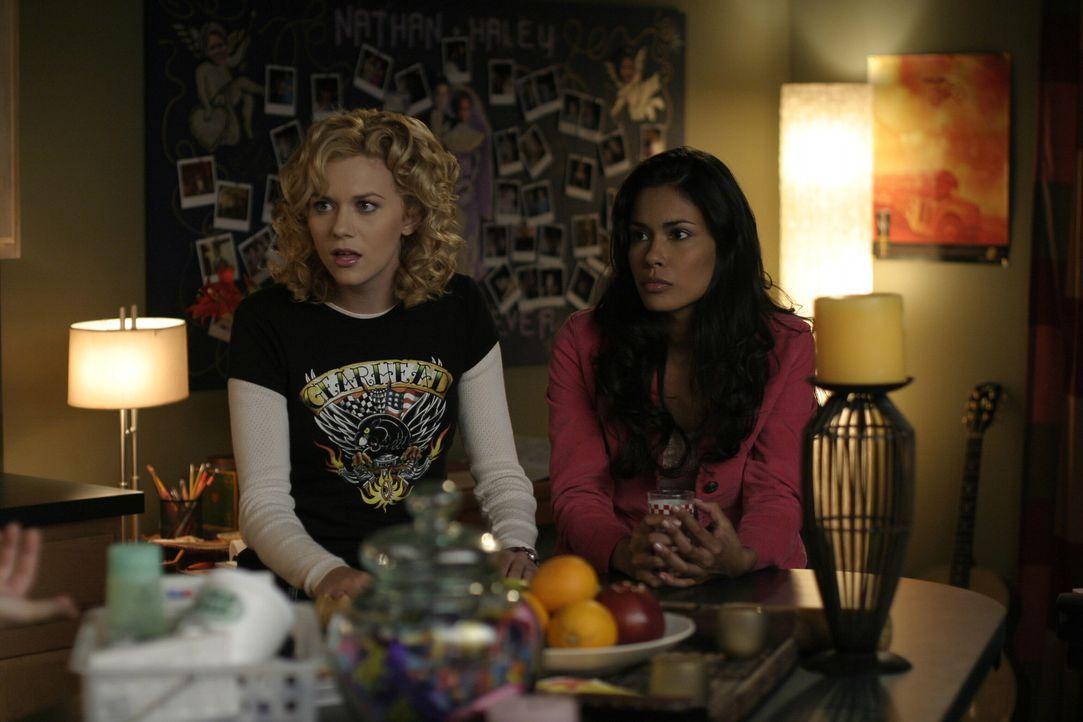 Der Abend verläuft anders als geplant: Brooke (Sophia Bush, l.) und Anna (Daniella Alonso, r.) ... - Bildquelle: Warner Bros. Pictures