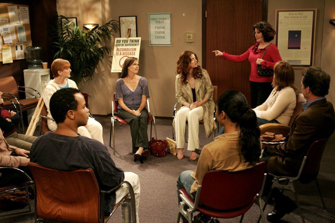Bei einem Treffen der anonymen Alkoholiker bekommt Grace (Debra Messing, hinten M.) überraschend Besuch von Karen (Megan Mullally, hinten r.) ... - Bildquelle: Chris Haston 2003 NBC, Inc. All rights reserved.