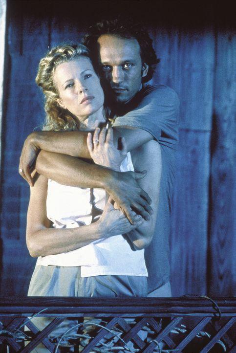 Zusammen mit ihrem Mann Paolo (Vincent Perez, hinten) erfüllt sich Kuki (Kim Basinger, vorne) ihren Kindheitstraum und geht nach Afrika ... - Bildquelle: Columbia Pictures