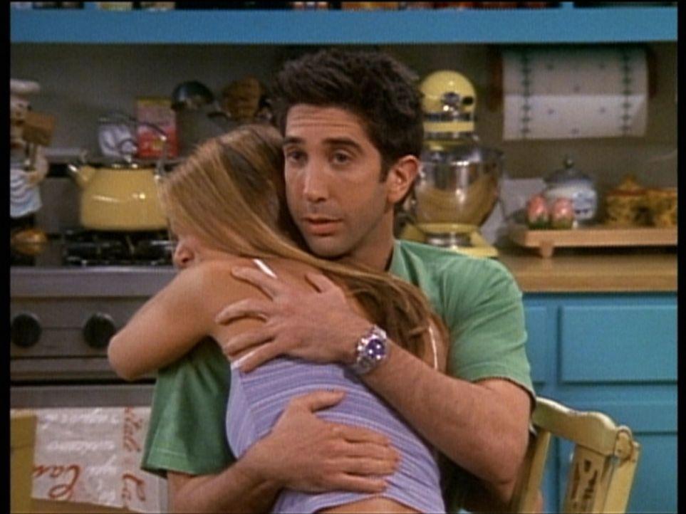 Ross (David Schwimmer, r.) tröstet Rachel (Jennifer Aniston, l.) gerne. - Bildquelle: TM+  2000 WARNER BROS.