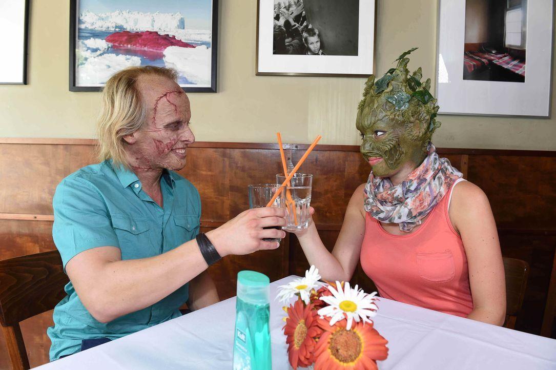 Frankenstein Tobias (l.) und Sumpflady Isabel (r.) verstehen sich trotz Masken gut ... - Bildquelle: Andre Kowalski sixx