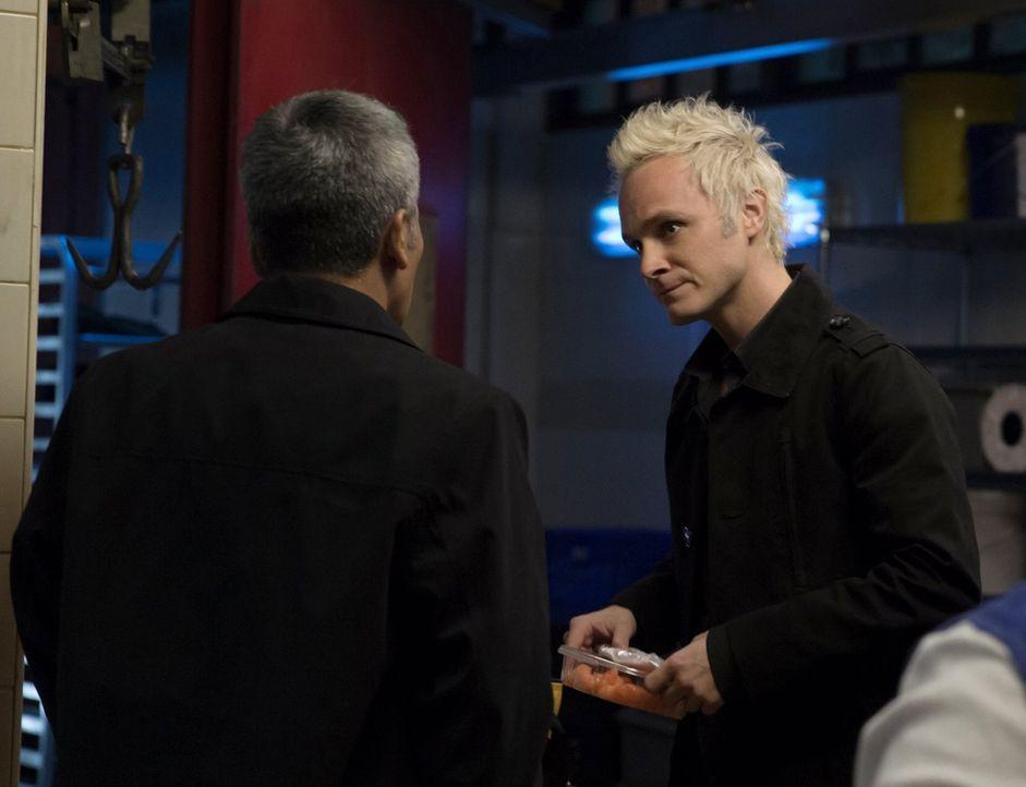 Nachdem Lieutenant Suzuki (Hiro Kanagawa, l.) ihm von der Beziehung zwischen Liv und Lowell erzählt hat, stattet Blaine (David Anders, r.) ihr einen... - Bildquelle: Warner Brothers