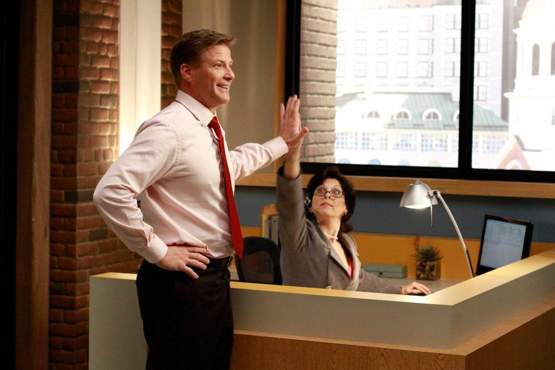 Beauftragt Lynette und Renee mit der Einrichtung seines Büros: Tom (Doug Savant, l.) ... - Bildquelle: ABC Studios