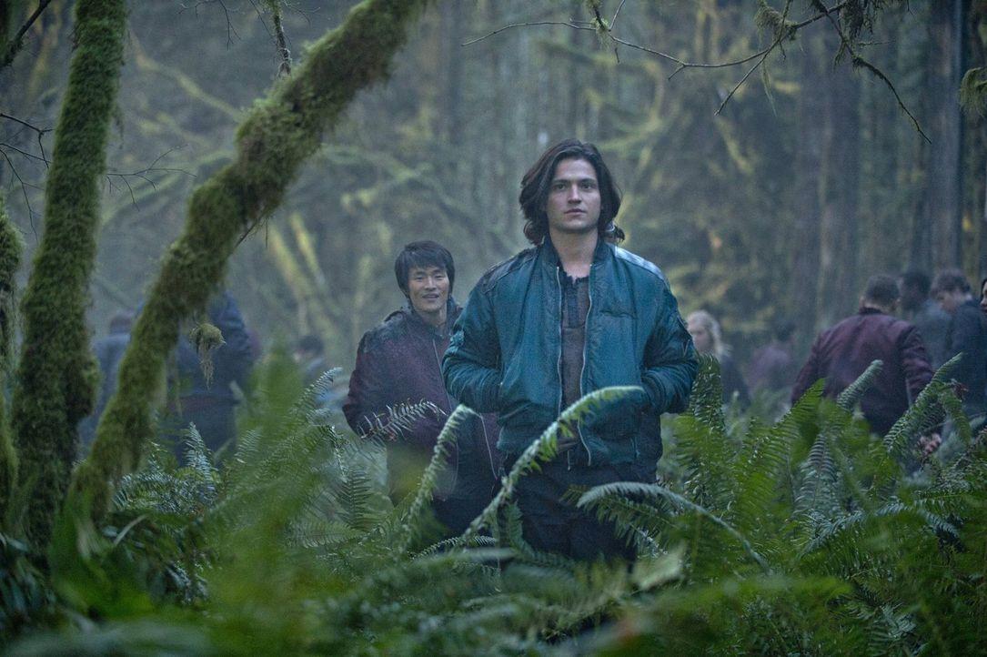 Monty (Christopher Larkin, l.) und Finn (Thomas McDonell, r.) machen sich auf den Weg, um für die 100 Rückkehrer Nahrung zu besorgen ... - Bildquelle: Warner Brothers