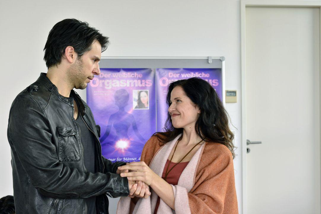 Mila besucht zusammen mit Nick (Florian Odendahl, l.) ein Erotikseminar für Männer. Dort lernen sie Cosima Berger (Katja Frenzel, r.) kennen - eine... - Bildquelle: Oliver Ziebe SAT.1