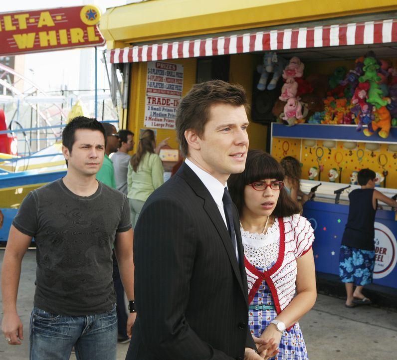 Suchen verzweifelt nach Daniel Jr.: (v.l.n.r.) Gio (Freddy Rodriguez), Daniel (Eric Mabius) und Betty (America Ferrera) ... - Bildquelle: 2008   ABC Studios